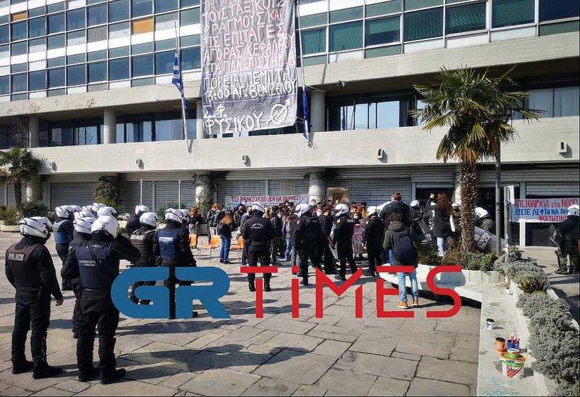 Eπέμβαση της αστυνομίας στο ΑΠΘ ύστερα από αναφορές για βανδαλισμούς στο κτίριο διοίκησης - ΒΙΝΤΕΟ