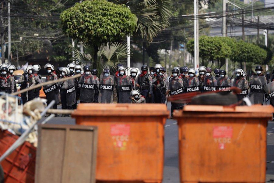 Μιανμάρ: Η αστυνομία πραγματοποίησε την μεγαλύτερη επιχείρηση καταστολής - Πληροφορίες για μια νεκρή διαδηλώτρια