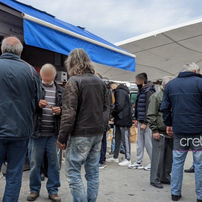 Κορωνοϊός - Ηράκλειο: Συνωστισμός, μπύρες και σουβλάκια σε λαϊκή αγορά