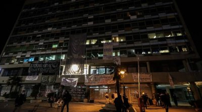 Αποχώρησαν τα ΜΑΤ από το ΑΠΘ - Επιτόπου βουλευτές του ΣΥΡΙΖΑ, καθηγητές και νομικοί, έγιναν πέντε προσαγωγές
