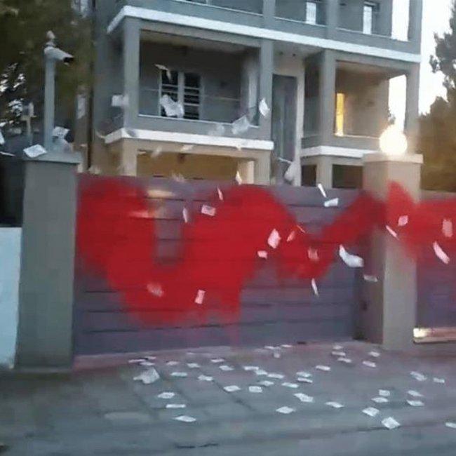 «Επίθεση» Ρουβίκωνα με τρικάκια και μπογιές στο σπίτι του Νίκου Ευαγγελάτου και της Τατιάνας Στεφανίδου - ΒΙΝΤΕΟ