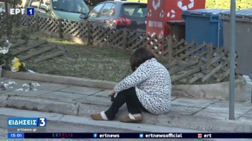 Η σύζυγός του Γιώργου Καραϊβάζ στον τόπο της δολοφονίας – «Λύγισε» αφήνοντας λουλούδια