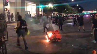 ΗΠΑ: Ένταση για δεύτερη νύχτα στη Μινεάπολη μετά τον θάνατο νεαρού Αφροαμερικανού από αστυνομικά πυρά