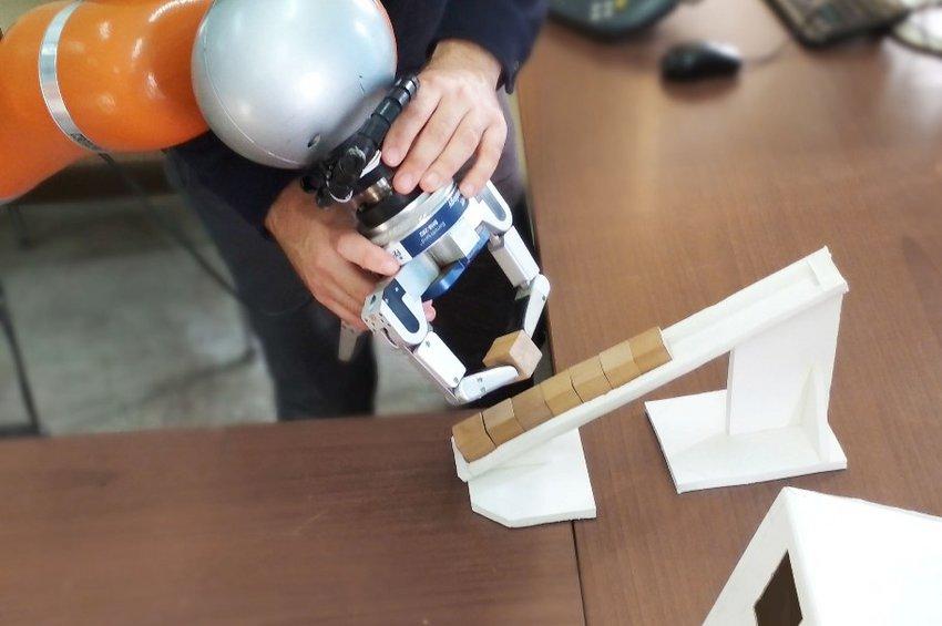 Ρομπότ που θα μαθαίνει εύκολα από τον άνθρωπο και θα χρησιμοποιηθεί στη βιομηχανία κατασκευάζει το ΑΠΘ
