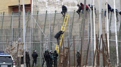 Ισπανία: Σχεδόν 8.000 μετανάστες εισήλθαν στη Θέουτα από το πρωί της Δευτέρας, οι μισοί 4.000 στάλθηκαν πίσω στο Μαρόκο