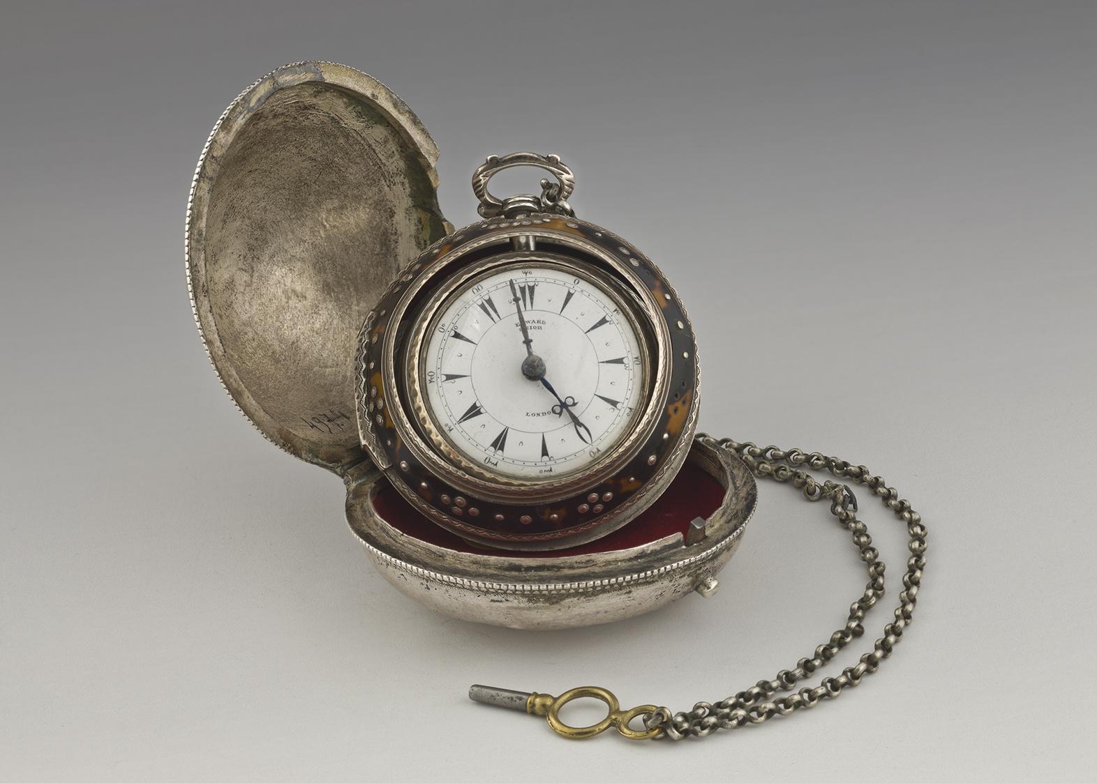 Ρολόι Κανέλλου Δεληγιάννη , ΙΕΕΕ-ΕΙΜ. Ρολόι τσέπης τύπου 'κρεμμύδι'. Τα ρολόγια αυτά, δυτικής προέλευσης, αποτελούσαν πολύτιμο περιουσιακό στοιχείο και ένδειξη κοινωνικού κύρους. Επενδύονταν με εξωτερικό ασημένιο κάλυμμα από ντόπιους αργυροχόους. Ο Κανέλλος απέκτησε το ρολόι στο τέλος της ζωής του. Κατασκευαστής Edward Prior, 1860. Επίχρυσος μηχανισμός, ασήμι, ταρταρούγα.