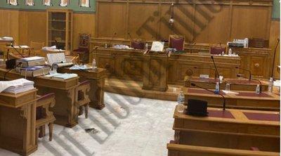 Μονή Πετράκη: Σοκαριστικές νέες ΦΩΤΟ από την αίθουσα συνεδριάσεων μετά την επίθεση με βιτριόλι