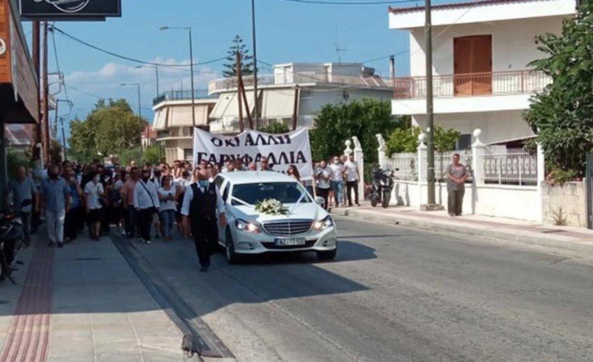 Έγκλημα στη Φολέγανδρο: Το «τελευταίο αντίο» στην 26χρονη με πανό «όχι άλλη Γαρυφαλλιά» - BINTEO
