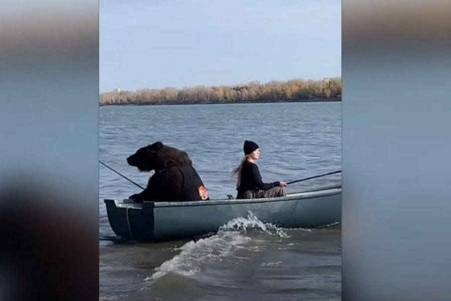 Αρκούδα πάει για...ψάρεμα και γίνεται viral - ΒΙΝΤΕΟ