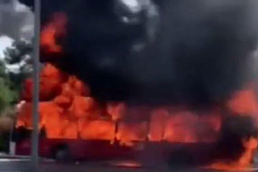 Θεσσαλονίκη: Η στιγμή που το λεωφορείο τυλίχτηκε στις φλόγες- Τι λέει αυτόπτης μάρτυρας ΦΩΤΟ-ΒΙΝΤΕΟ