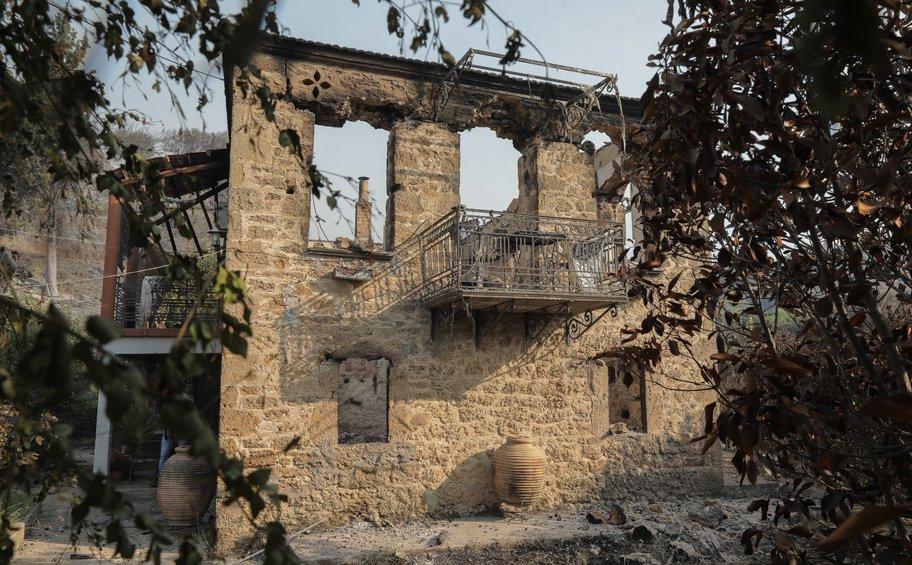 Φωτιά στη Ζήρια: Μετρούν τις πληγές τους οι κάτοικοι - Συνεχίζεται η μάχη με τις φλόγες ΦΩΤΟ