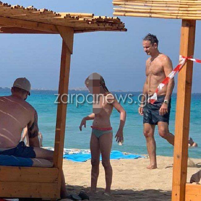 Για μπάνιο στα Φαλάσαρνα ο Μητσοτάκης - «Βολές» ΣΥΡΙΖΑ για τις φωτογραφίες από την παραλία