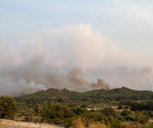 Σε εξέλιξη η πυρκαγιά στη Ρόδο - Στη μάχη και εναέρια μέσα