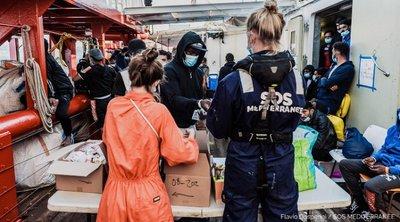 Το Ocean Viking, που μεταφέρει 555 διασωθέντες μετανάστες, αναζητά «ασφαλές λιμάνι»
