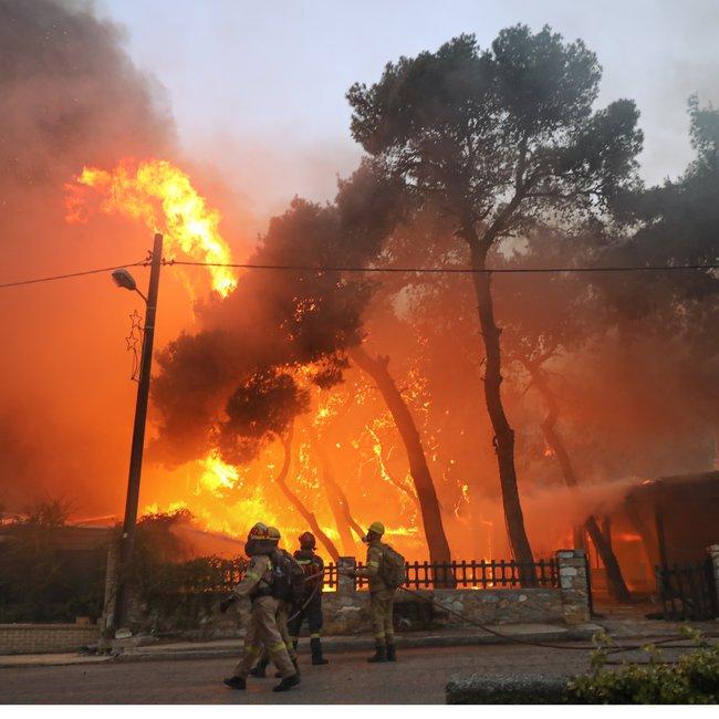 Πύρινος εφιάλτης: Ανεξέλεγκτη η φωτιά στη Βαρυμπόμπη - Καίγονται σπίτια - Αποκλειστικά βίντεο και φωτογραφίες