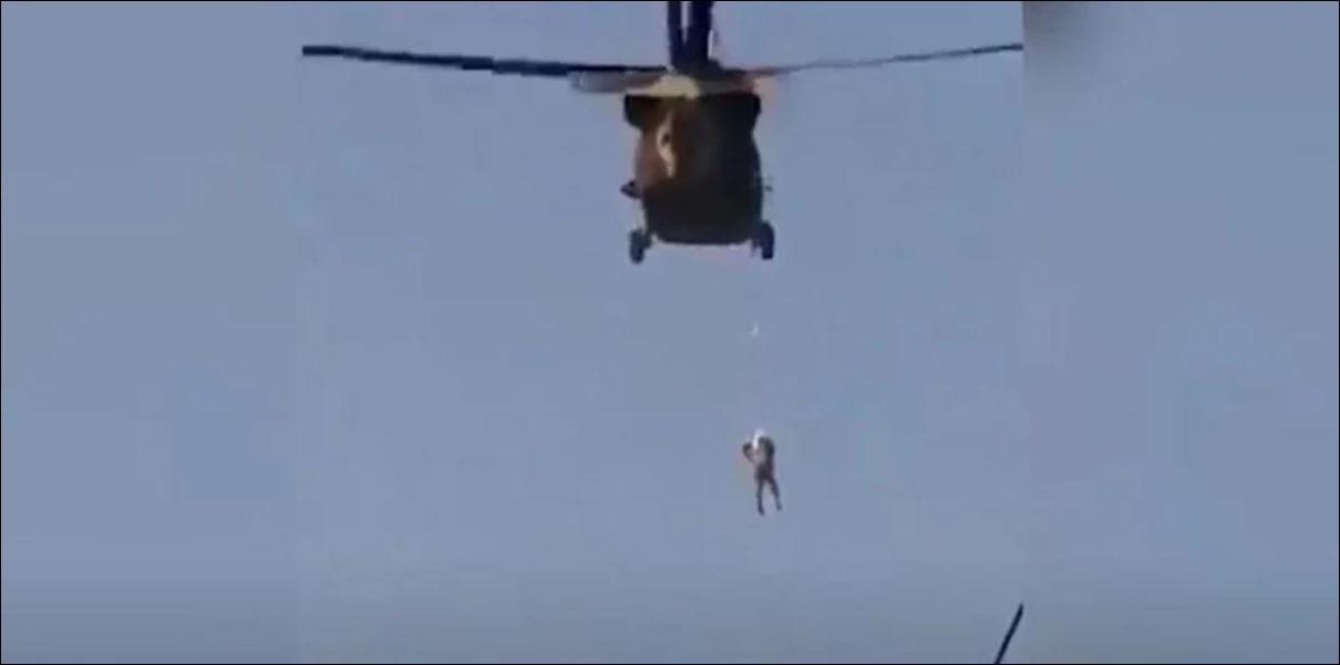 Σοκαριστικό βίντεο από το Αφγανιστάν: Οι Ταλιμπάν περιφέρουν άνδρα  κρεμασμένο από αμερικανικό Blackhawk | ενότητες, κόσμος | Real.gr