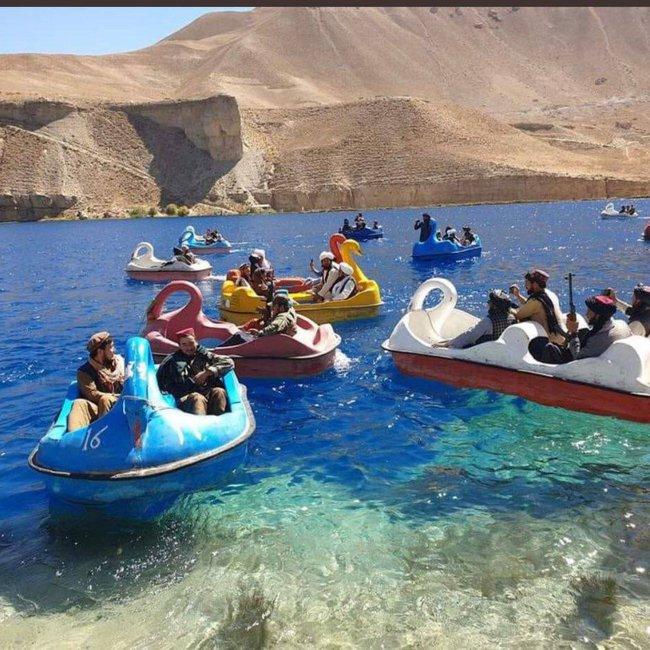 Πρωτοφανείς εικόνες: Ταλιμπάν διασκεδάζουν κρατώντας όπλα πάνω σε θαλάσσια φλαμίνγκο