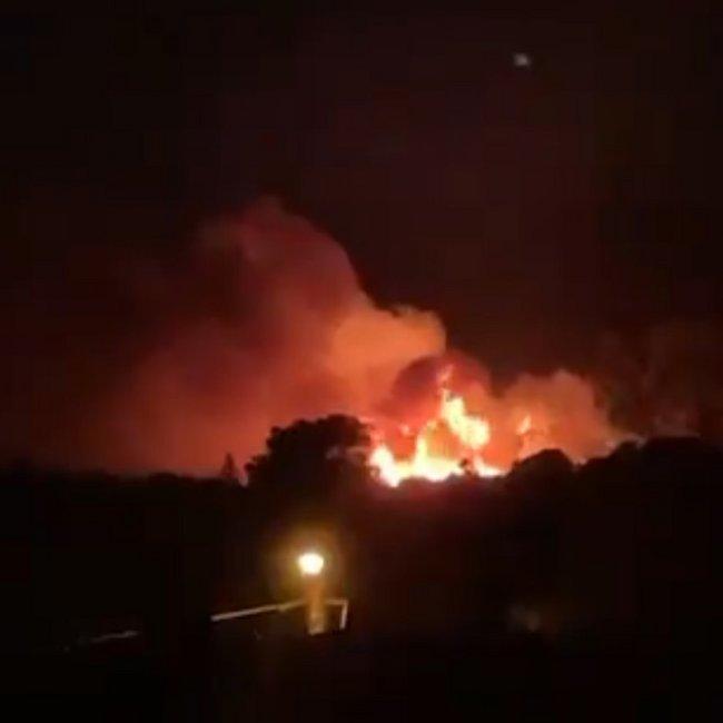 Φωτιά στη Νέα Μάκρη: Μάχη σε δυο μέτωπα - Κοντά σε σπίτια οι φλόγες, εκκενώνονται οικισμοί