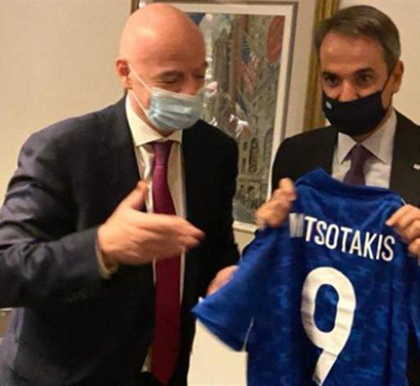 Συνάντηση Μητσοτάκη με τον πρόεδρο της FIFA στη Νέα Υόρκη - Έδωσε στον πρωθυπουργό τη φανέλα με το 9
