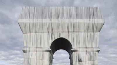 Η Αψίδα του Θριάμβου τυλίχτηκε με ύφασμα, σε ένα έργο φόρο τιμής στους Christo και Jeanne Claude