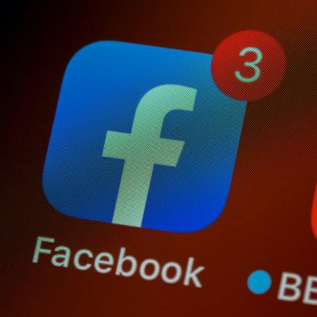 Facebook: Τι απαντά για το παγκόσμιο «κραχ» στα social media
