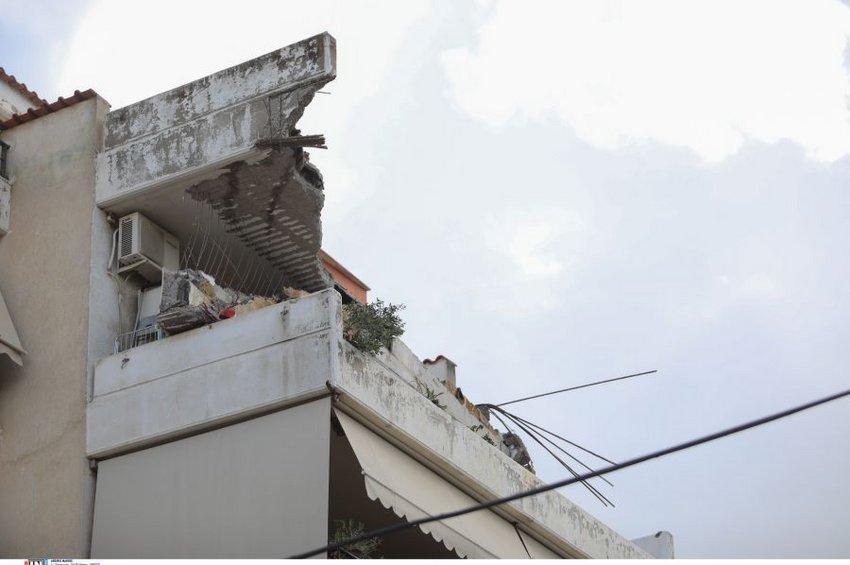 Έπεσε μπαλκόνι πολυκατοικίας στο Χαλάνδρι - ΒΙΝΤΕΟ