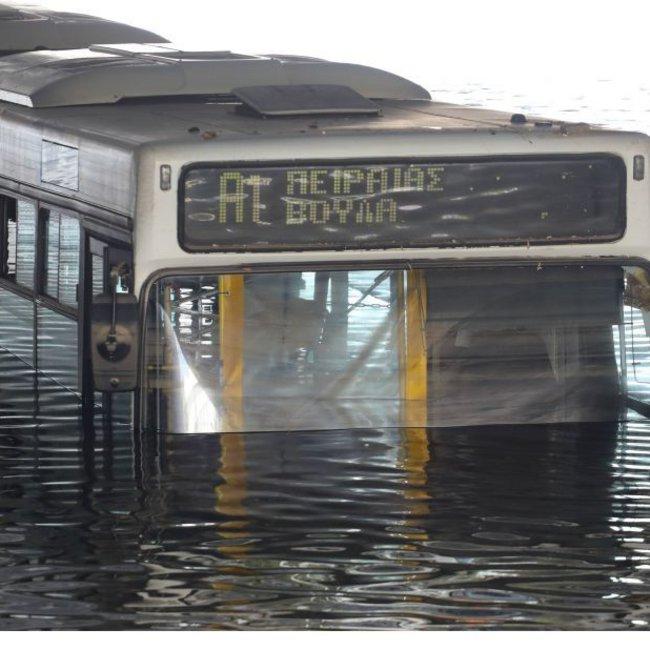 Βυθισμένο παραμένει το λεωφορείο στην Ποσειδώνος – Τι λέει η ΟΣΥ για τις χθεσινές πρωτοφανείς εικόνες – ΦΩΤΟ & ΒΙΝΤΕΟ
