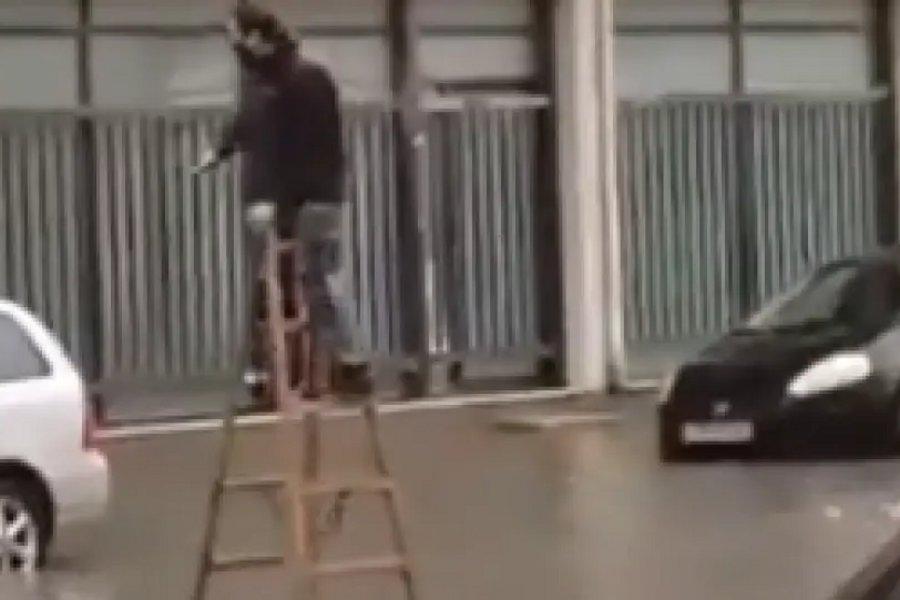 Περπάτησε πάνω σε σκάλα για να φτάσει στο αυτοκίνητό του εν μέσω καταιγίδας - Το ΒΙΝΤΕΟ που έγινε viral