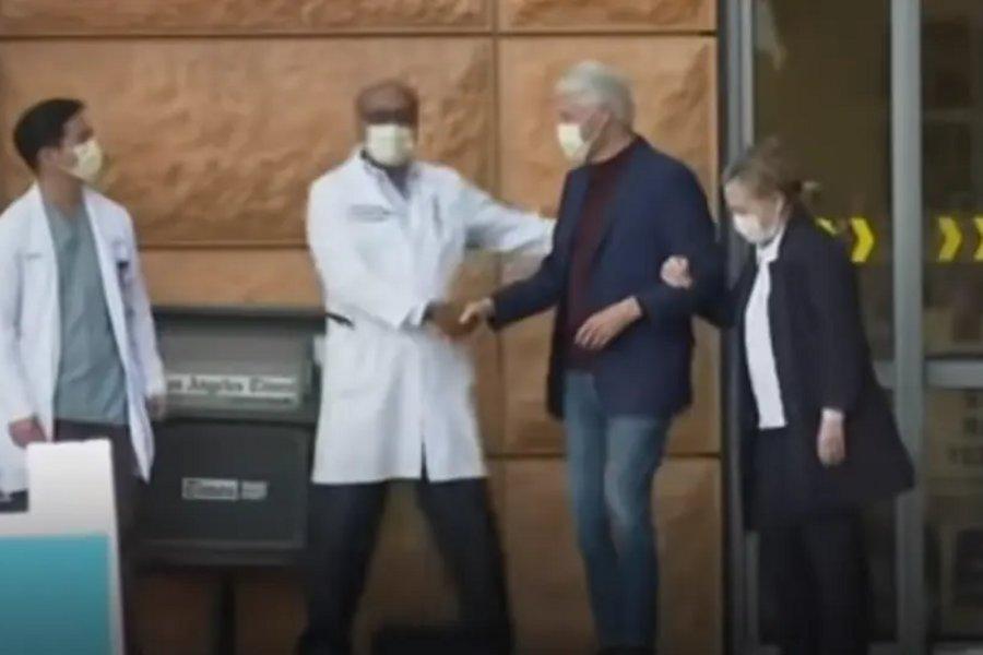 ΒΙΝΤΕΟ: Ο Μπιλ Κλίντον βγαίνει από το νοσοκομείο αγκαζέ με τη Χίλαρι