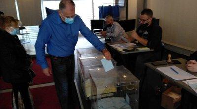 Εσωκομματικές εκλογές ΝΔ: Ο Τάκης Θεοδωρικάκος ψήφισε στη Νέα Σμύρνη