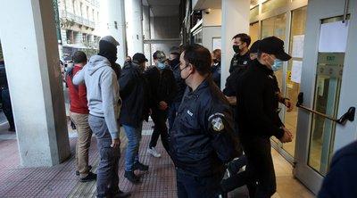 Πέραμα: Υπό δρακόντεια μέτρα και με χειροπέδες στην Ανακρίτρια οι επτά αστυνομικοί - Παραδόθηκε ο ανήλικος Ρομά - ΒΙΝΤΕΟ