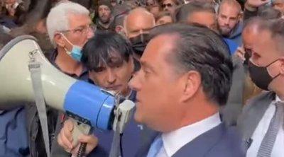 Ο Αδωνις Γεωργιάδης πήρε τη ντουντούκα και μίλησε στους διαδηλωτές - ΒΙΝΤΕΟ