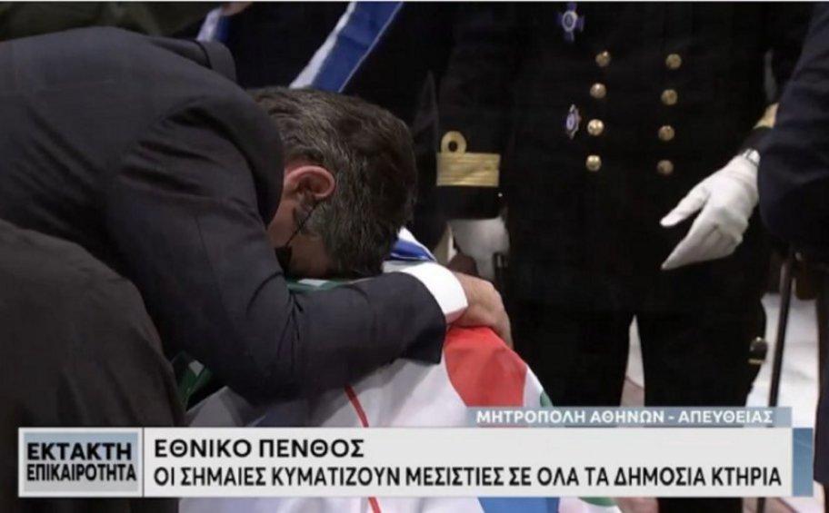Φώφη Γεννηματά: Συντετριμμένος ο σύζυγός της ξέσπασε σε κλάματα πάνω στο φέρετρο
