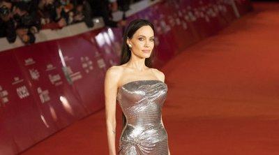 Η Angelina Jolie εντυπωσίασε με το out of space Versace φόρεμά της στη Ρώμη
