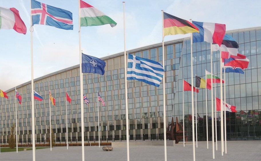 ΝΑΤΟ: Μεσίστια η ελληνική σημαία για την απώλεια της Φώφης Γεννηματά