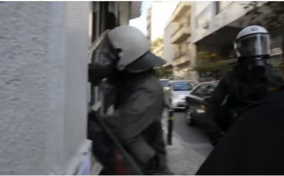 Διοικητική έρευνα για τον αστυνομικό των ΜΑΤ που σπάει τζάμια - ΒΙΝΤΕΟ